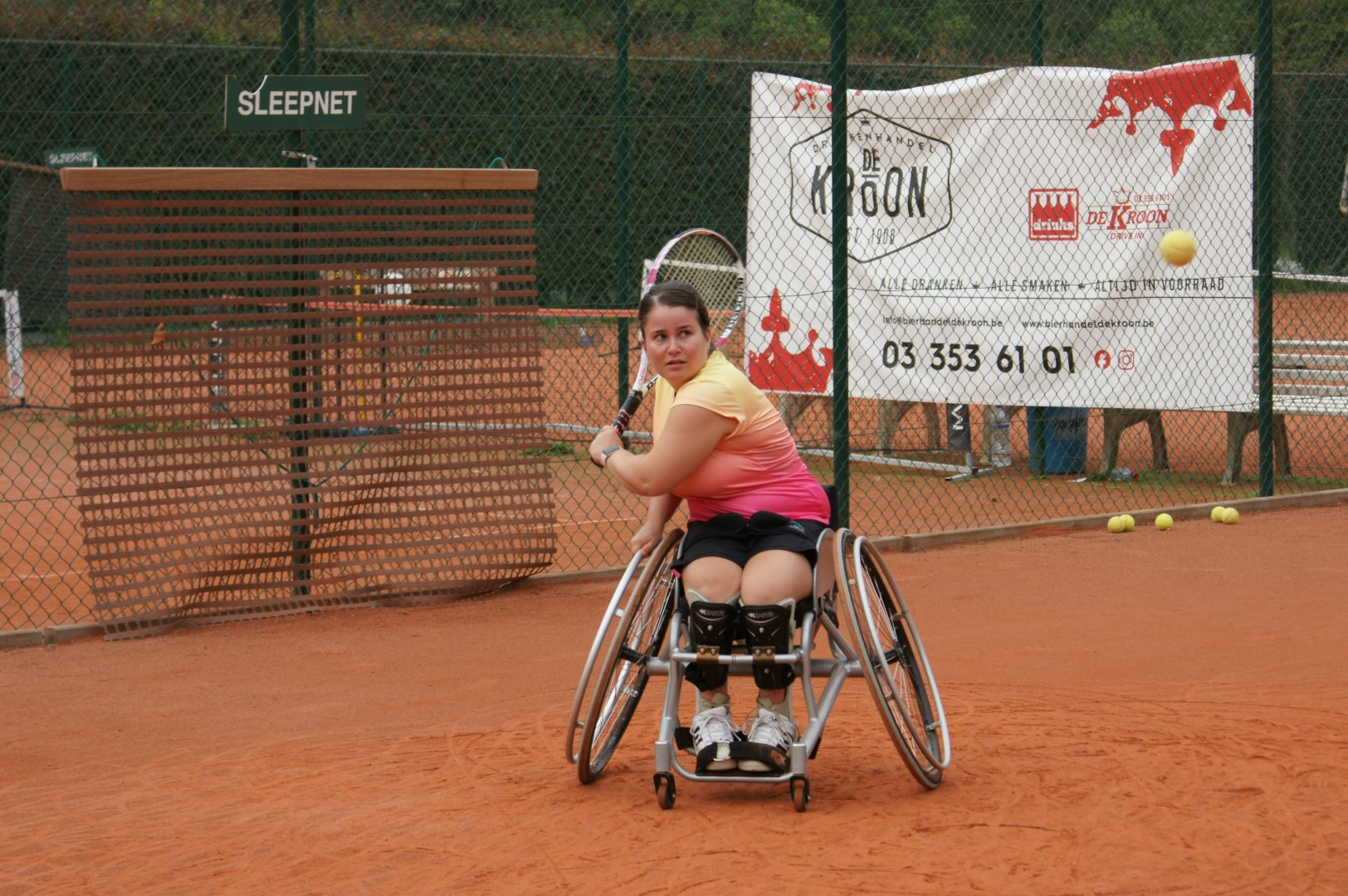 Sofie Cox - playing tennis on claycourt